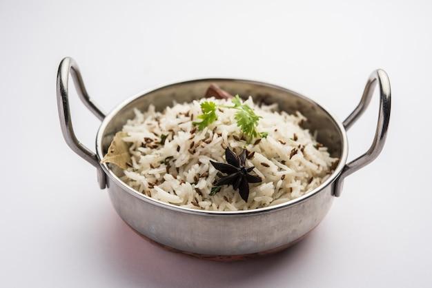 Ryż kminkowy lub ryż jeera to popularne indyjskie danie główne przyrządzane z ryżu basmati z podstawowymi przyprawami