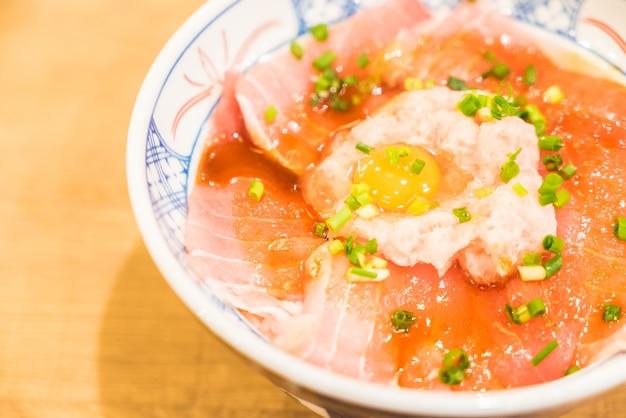 Ryż miska ze świeżych surowych ryb