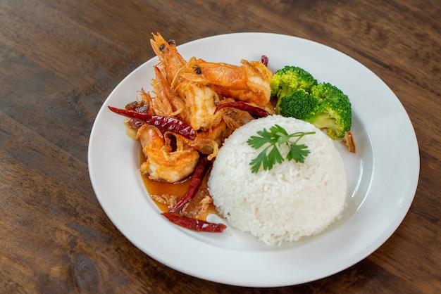 Ryż na parze z głęboko smażonymi krewetkami w źródle tamaryndowca, tajskie jedzenie