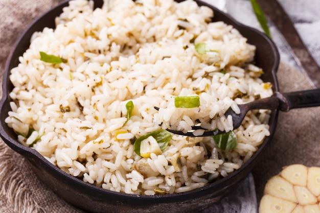 Ryż na patelni ze szpinakiem i czosnkiem