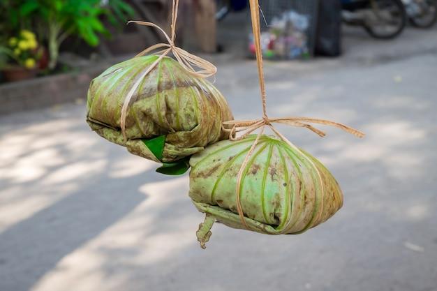 Ryż owinięty w liście lotosu wiąże się z liną bananową
