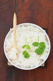 Ryż parowy z drewnianą łyżką