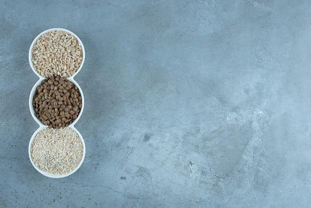 Ryż, pestki dyni i słonecznika na białym półmisku. zdjęcie wysokiej jakości
