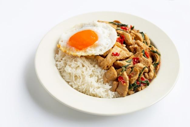 Ryż posypany smażonym kurczakiem i świętą bazylią, smażone jajko