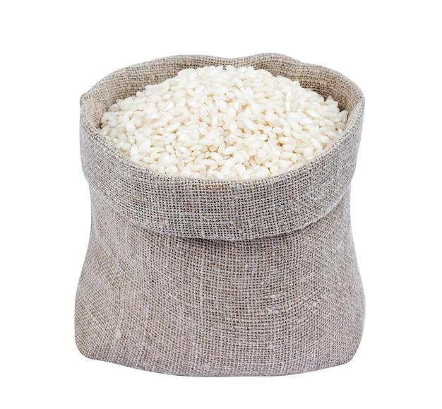 Ryż risotto w burlap torbie odizolowywającej na bielu