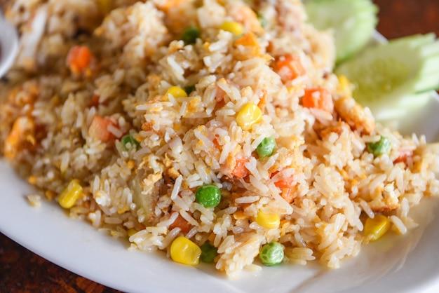 Ryż smażony na talerzu azja chińskie chiny tajskie jedzenie, jajka i warzywa smażony ryż zdrowa żywność