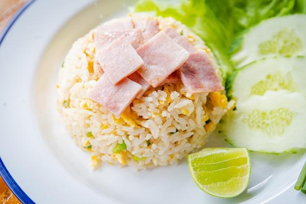 Ryż smażony z boczkiem i zielonymi warzywami