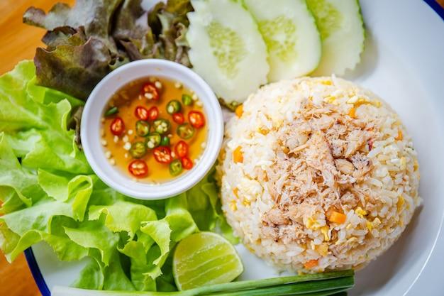 Ryż smażony z krabem i zielonymi warzywami