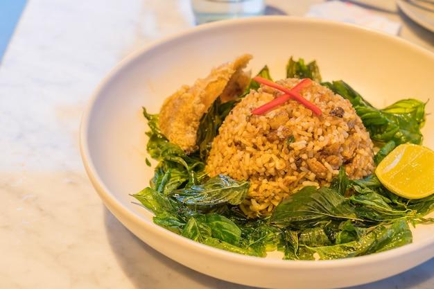 Ryż smażony z rybami chrupiącymi ryby