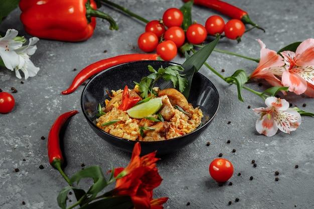 Ryż tajski z kurczakiem. tajskie danie z ryżu, kurczaka, cebula jałtańska, kukurydza, ananas, pomidor, sos sojowy, pasta chili, kolendra, limonka, papryczka chili