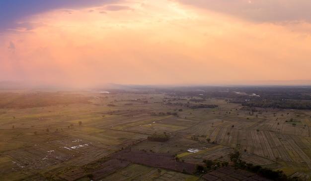 Ryż taras powietrzne strzał. obraz pięknego tarasu pola ryżowego. widok z góry
