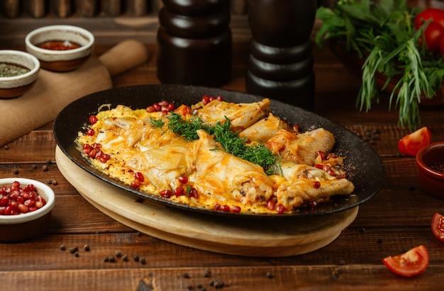 Ryż udekorować ziołami i piersią kurczaka w żelaznym talerzu