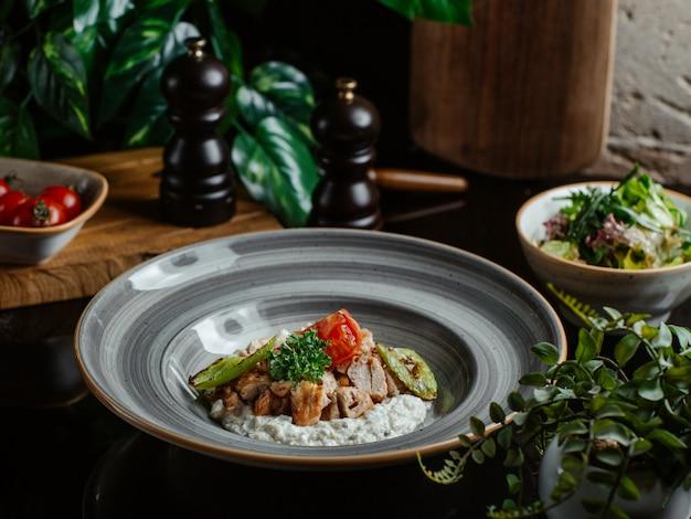 Ryż udekorowany smażonymi pieczarkami
