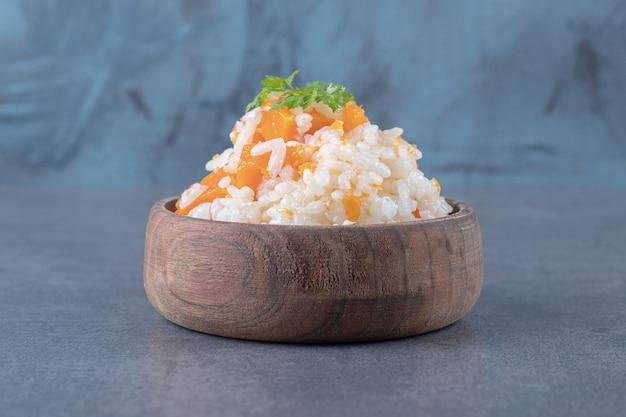 Ryż wegetariański w misce, na marmurowej powierzchni.