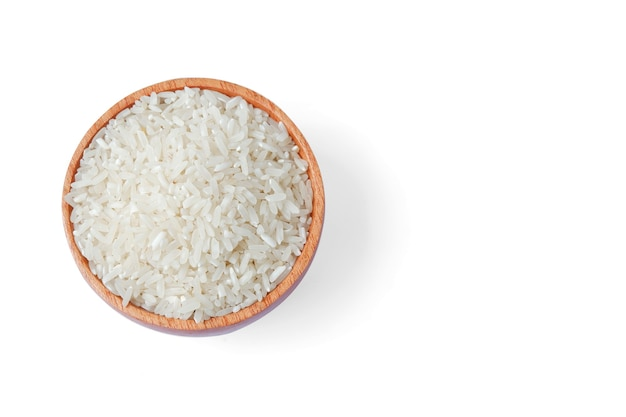 Ryż z drewnianą miską na białym tle, widok z góry