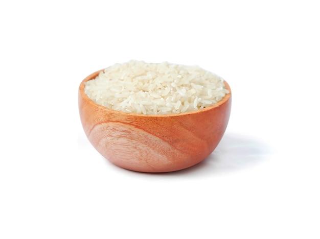 Ryż z drewnianą miską na białym tle