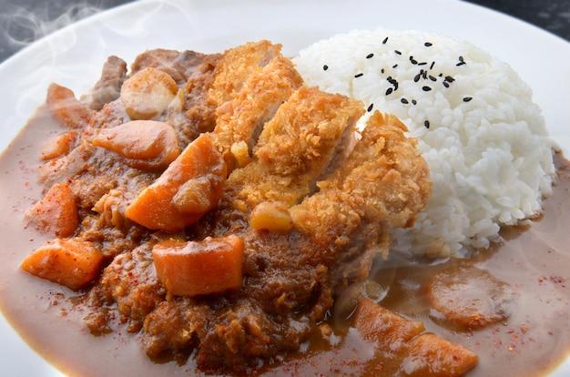 Ryż z głęboko smażoną wieprzowiną i curry.
