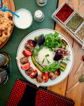 Ryż z kotletami cebula pomidory i zioła