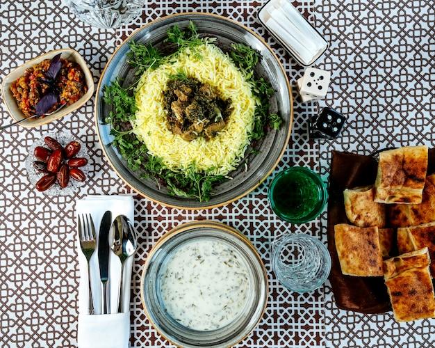 Ryż z mięsem i bocznymi ziołami