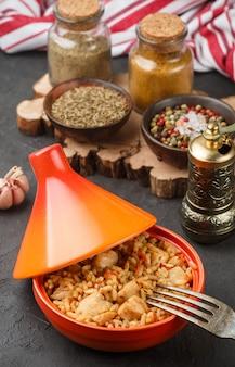 Ryż z mięsem, warzywami i przyprawami (kminek) w tagine,