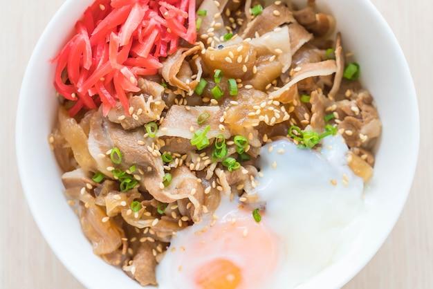 Ryż z mięsem wieprzowym i jajkiem onsen