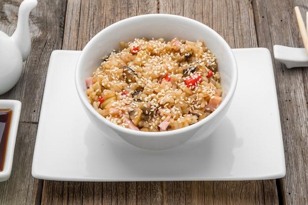 Ryż z owocami morza i sezamem, tradycyjne japońskie jedzenie
