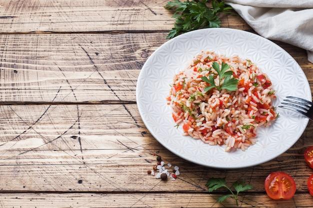Ryż z sosem pomidorowym i zieleniną
