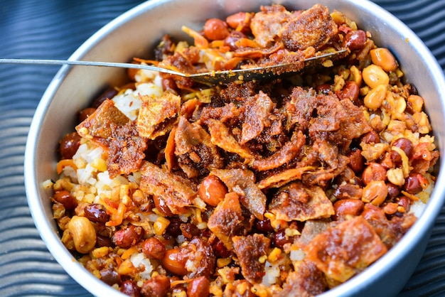 Ryż zmieszany z orzeszkami ziemnymi i anchois pyszny posiłek wspinaczy