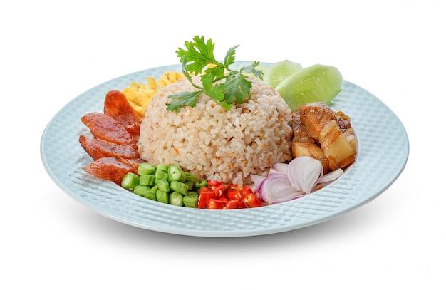 Ryż zmieszany z pastą krewetkową - tradycyjne tajskie jedzenie