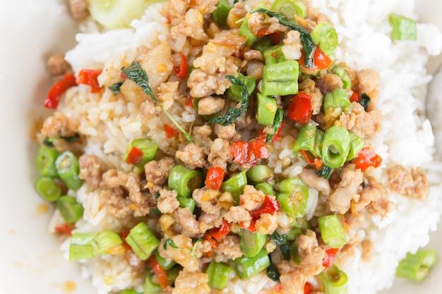 Ryż zwieńczony smażoną wieprzowiną i bazylią