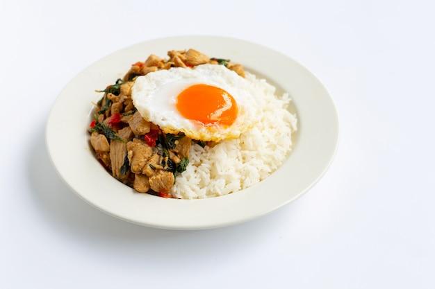 Ryż zwieńczony smażonym kurczakiem i świętą bazylią, jajkiem sadzonym