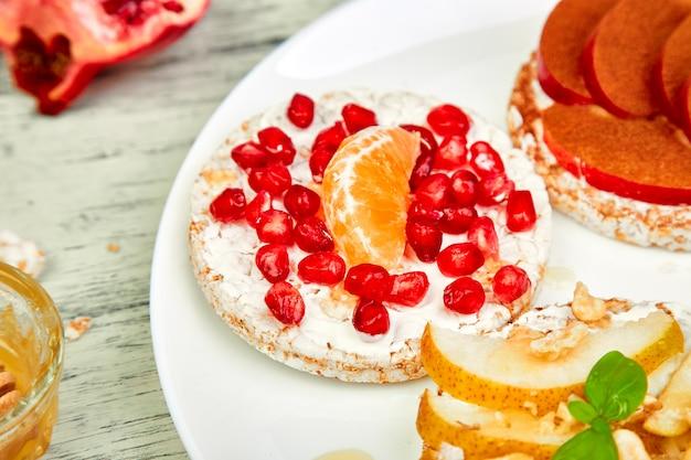 Ryżowa chrupiąca chlebowa zdrowa przekąska z owocami tropikalnymi