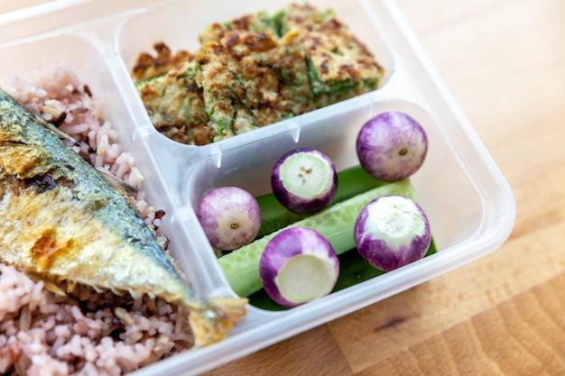 Ryżowa jagoda i smażona makrela z sosem z krewetek podawane ze smażonym jajkiem.
