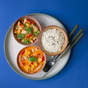 Ryżowa owsianka z wieprzowiną i warzywami. zestaw tradycyjnych chińskich świątecznych potraw.
