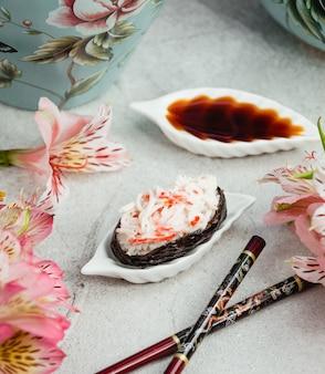 Ryżowe sushi z paluszkami krabowymi