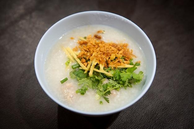 Ryżowej owsianki tajlandzki jedzenie. zupa ryżowa kleik ryżowy
