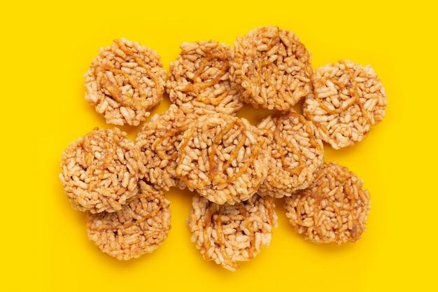Ryżowy krakers z kokosowym cukrem palmowym na żółtym tle.