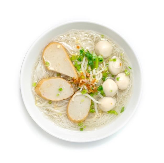 Ryżowy makaron wermiszelowy z mieszanymi kulkami rybnymi w czystej zupie