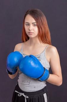 Ryzyko zranienia. bokserki zmieniają nastawienie w sporcie. powstanie bokserek kobiet. dziewczyna ładny bokser