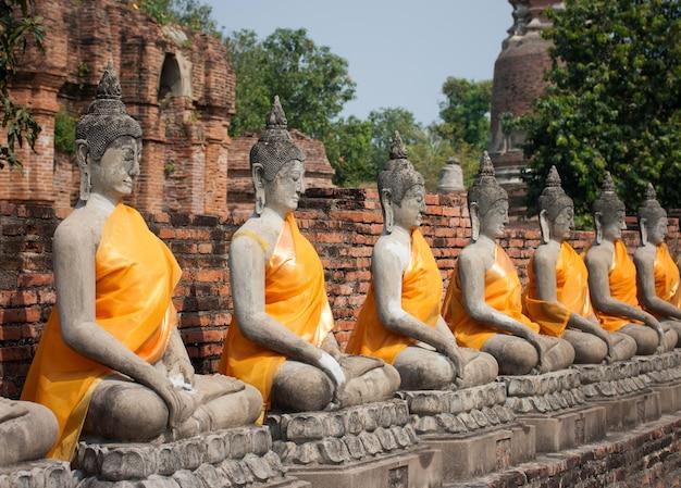 Rząd buddha statuy przy ayutthaya, tajlandia.