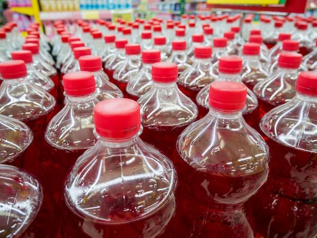 Rząd butelek do napojów gazowanych