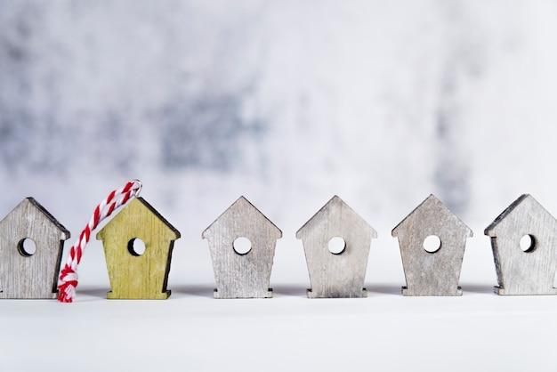 Rząd drewniani ptasi domy na biel powierzchni przeciw plamy tłu