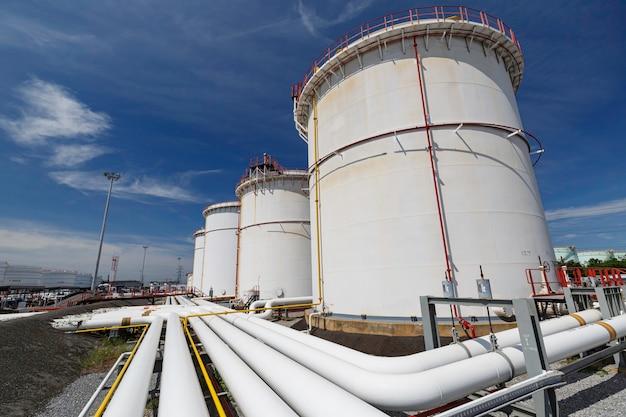 Rząd dużych białych zbiorników na ropę naftową i gaz z rurociągów