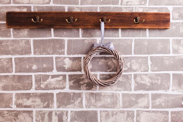 Rząd haczyków na ubrania na ceglanej ścianie