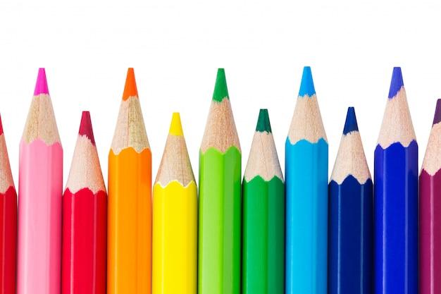 Rząd kolorowych ołówków na białym tle