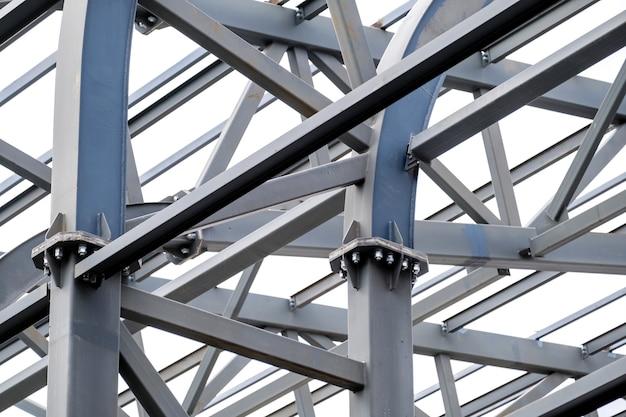 Rząd konstrukcji wsporników metalowych dachu stadionu. przemysłowe tło ze stali.