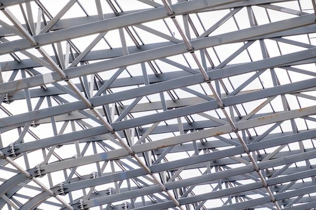 Rząd konstrukcji wsporników metalowych dachu stadionu.