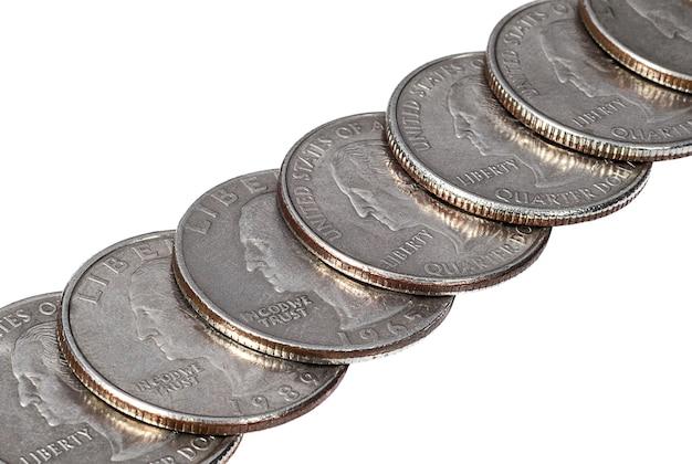 Rząd monet ćwierćdolarowych na białym tle