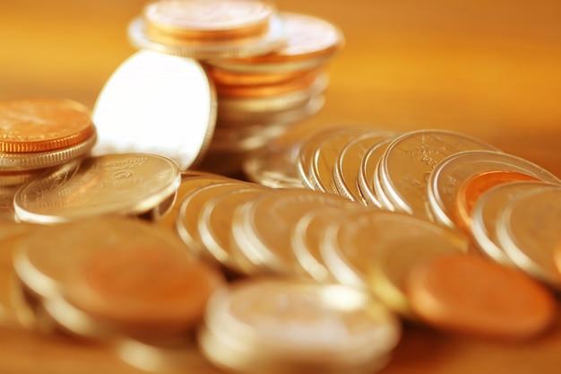 Rząd monety na drewnianym tle dla finanse gospodarki, miękka ostrość