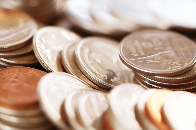Rząd monety na drewnianym tle dla finanse